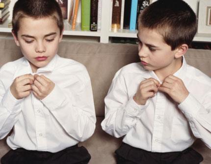 due bambini si imitano: esempio di riprova sociale