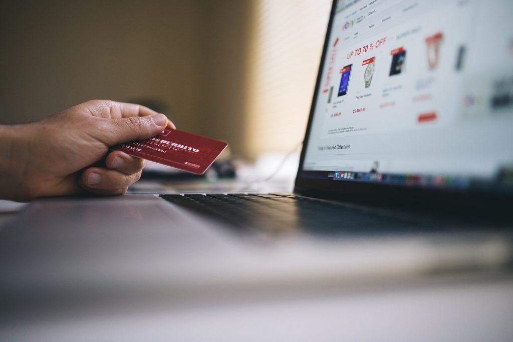 La foto mostra un pc collegato ad un sito e-commerce che potrebbe utilizzare il dropshipping