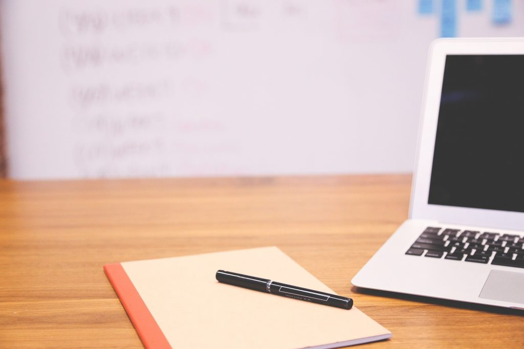 La foto mostra un notebook su una scrivania