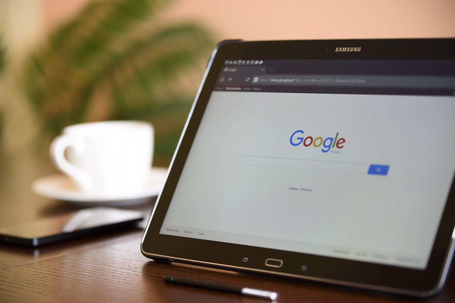 La foto mostra un tablet e l'interfaccia di Google