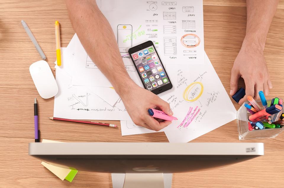 La foto mostra degli strumenti utili per l'imprenditore digitale come il telefono