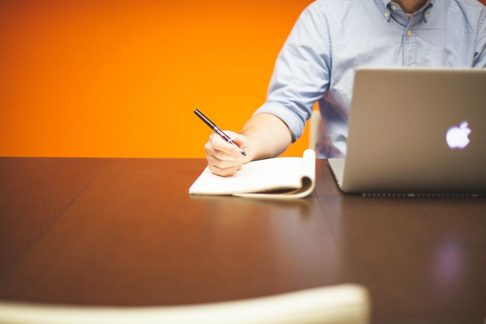 La foto mostra un possibile imprenditore digitale che lavora