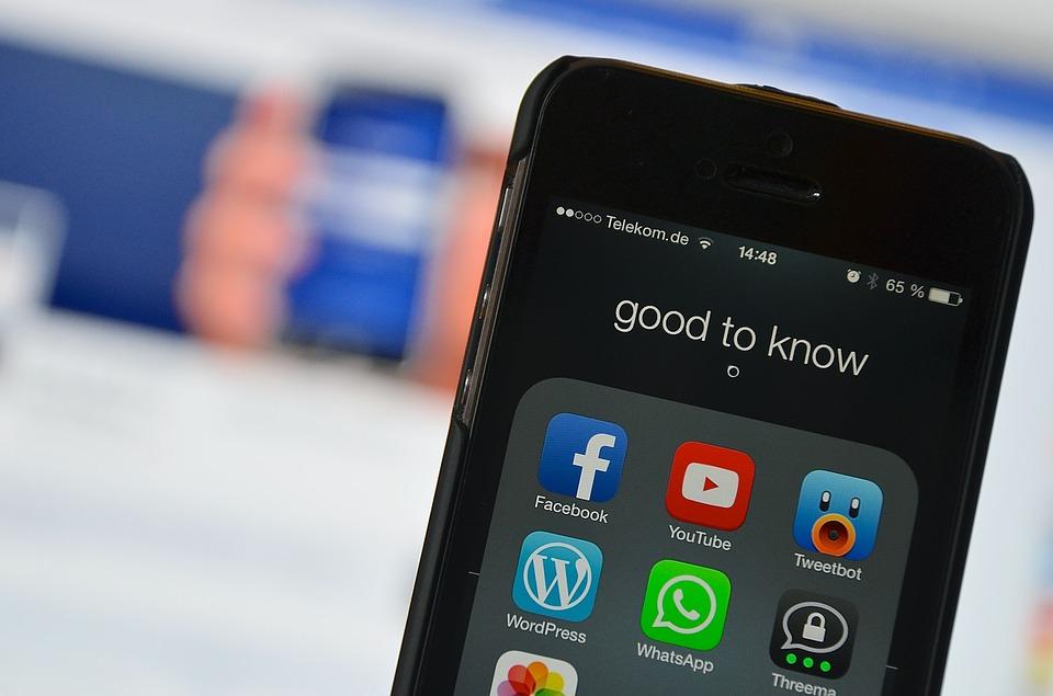 Native Advertising l'immagine mostra un telefono con le icone dei social media