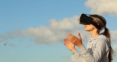 eye tracking_la foto mostra una ragazza che utilizza dei visori