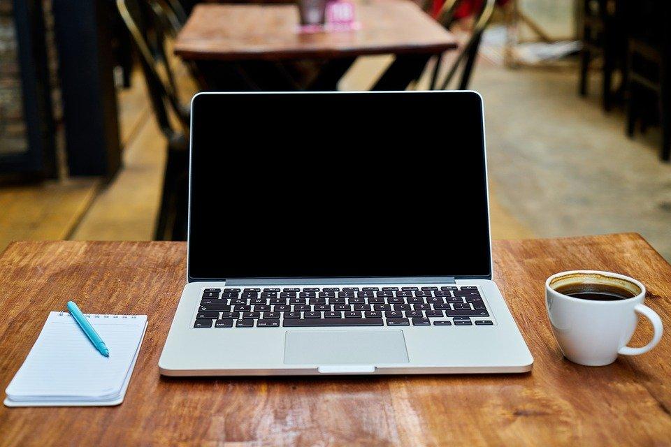Tecniche di copywriting_l' immagine mostra un laptop e un blocco per gli appunti