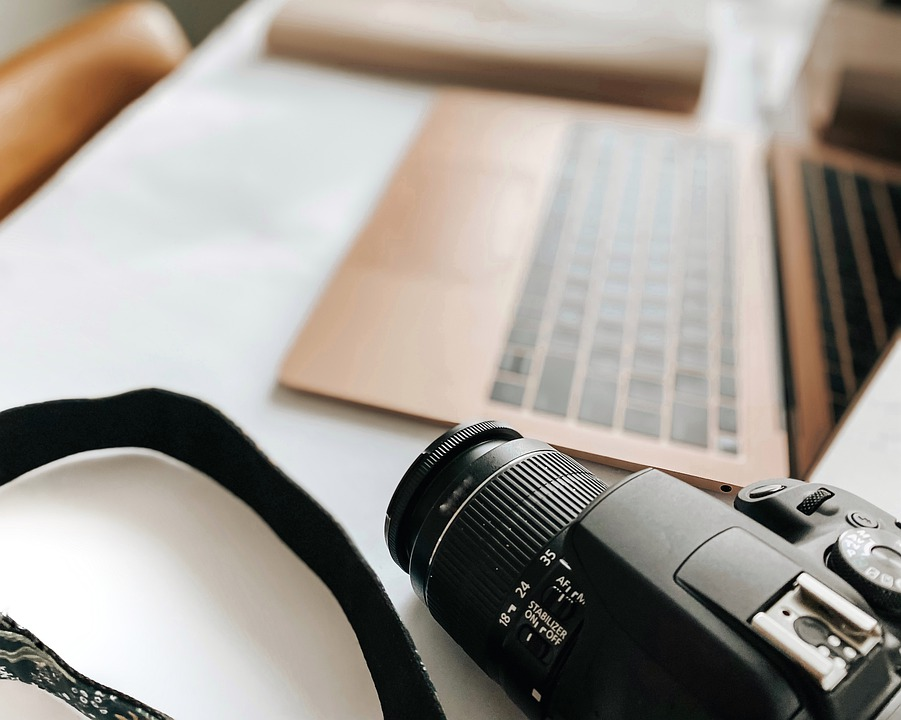 Come creare un blog_ l'immagine mostra un pc e una macchina fotografica
