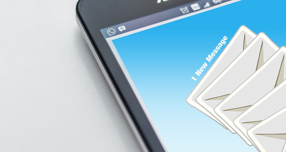 email marketing_ L'immagine mostra delle buste da lettere simbolo dell'email