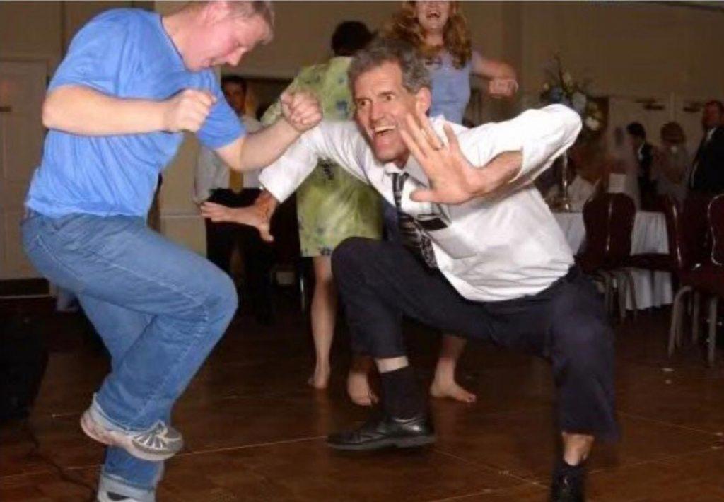 TikTok_come funziona_ la foto mostra un meme di un gruppo che balla