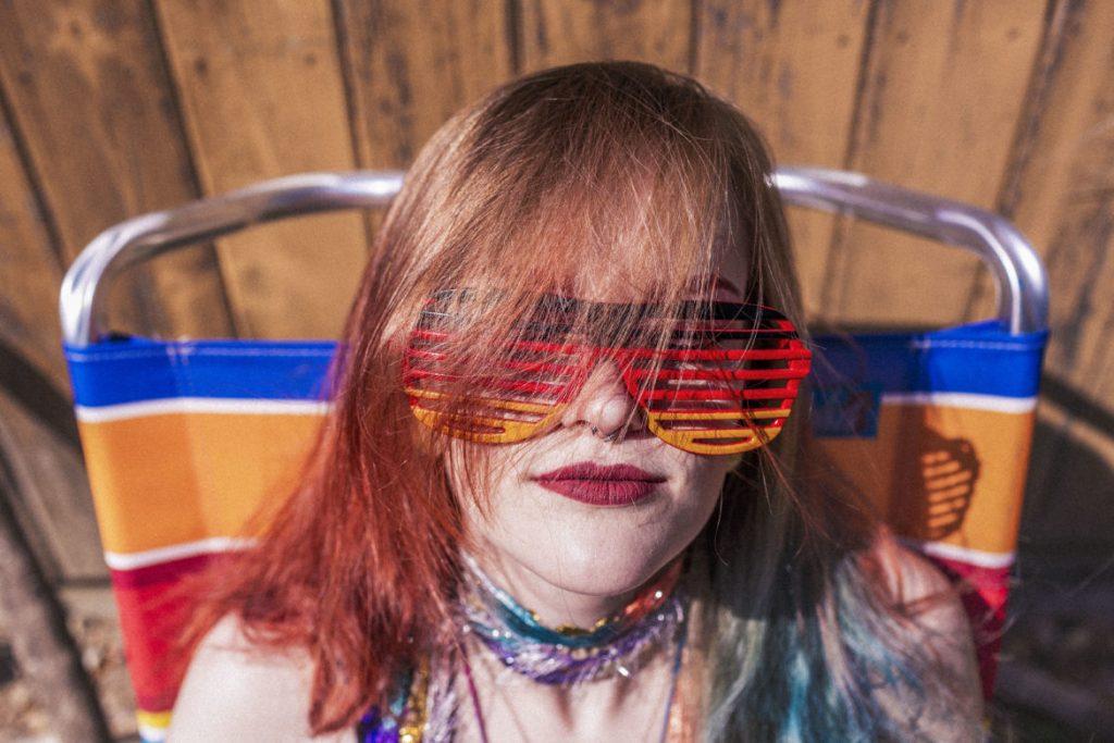 La realtà aumentata tra le novità in arrivo_ foto mostra una ragazza che indossa occhiali