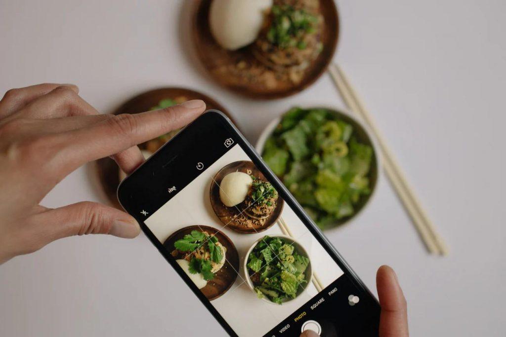 Instagram settore food_la foto mostra lo scatto di un piatto da condividere sui social